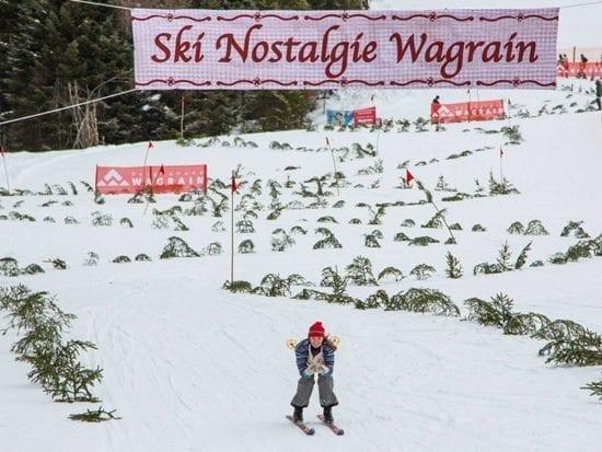 Skifahrer mit alter Ausrüstung