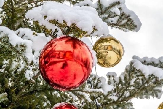 Schneebedeckter Baum mit Kugeln