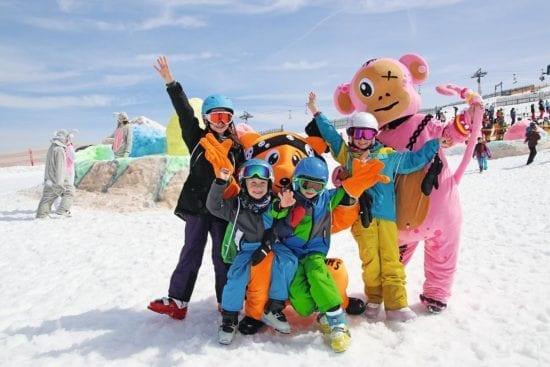 Kinder feiern Fasching im Schnee