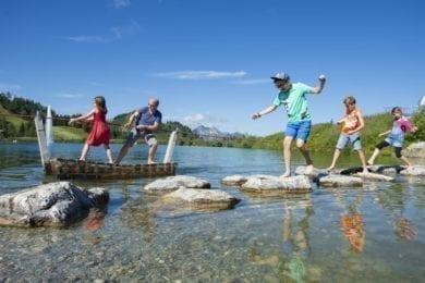 familienurlaub-wagrainerhof-spielende-kinder-am-wasser