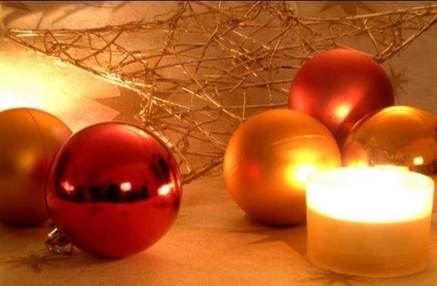 Weihnachtskugeln mit Kerze